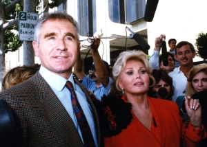 ©1989 RAMEY PHOTO ZSA ZSA GABOR IS BESEIGED BY THE PRESS UPON HER ARRIVAL TO COURT FOR SLAPPING A POLICE OFFICER. SHE'S